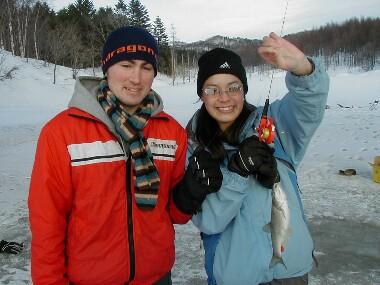 2004年の魚釣り!沼田町の釣りの穴場さ!氷に穴を開けりゃあ、川の下にウグイやワカサギがいるのよ!★Suzume English Conversation School♪あん♪アン♪